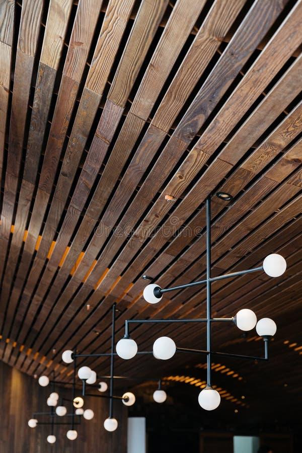 Ретро лампы электрической лампочки висят от потолка темного дуба деревянного Теплый, уютный и элегантный дизайн стоковые изображения