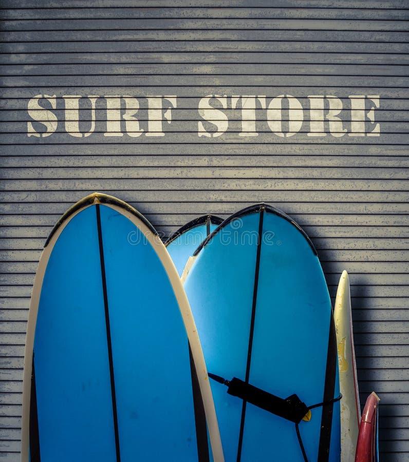 Ретро магазин прибоя с досками стоковое фото rf