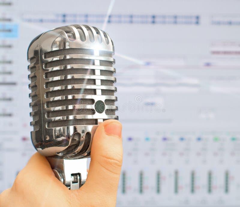 Ретро микрофон над предпосылкой программного обеспечения записи стоковое фото rf