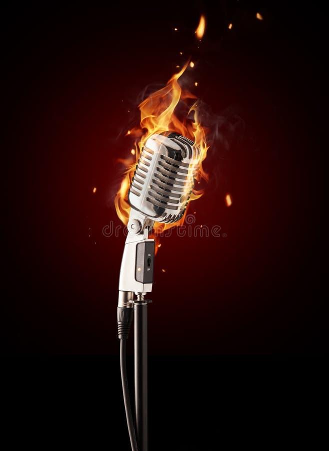 Ретро микрофон петь в огне стоковое фото rf