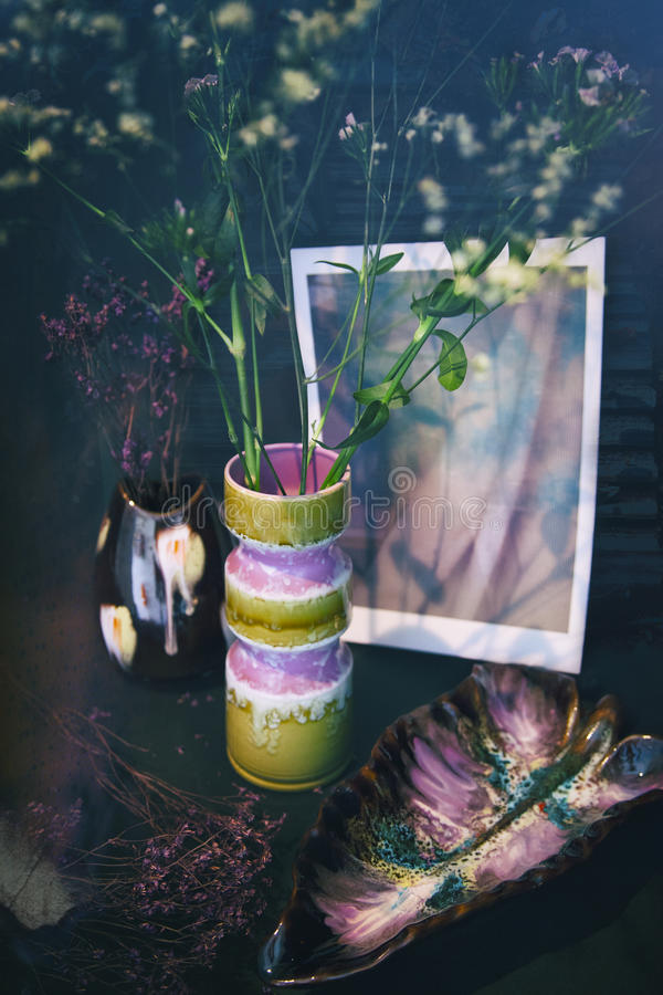 Ретро натюрморт с цветком в вазе стоковое фото rf