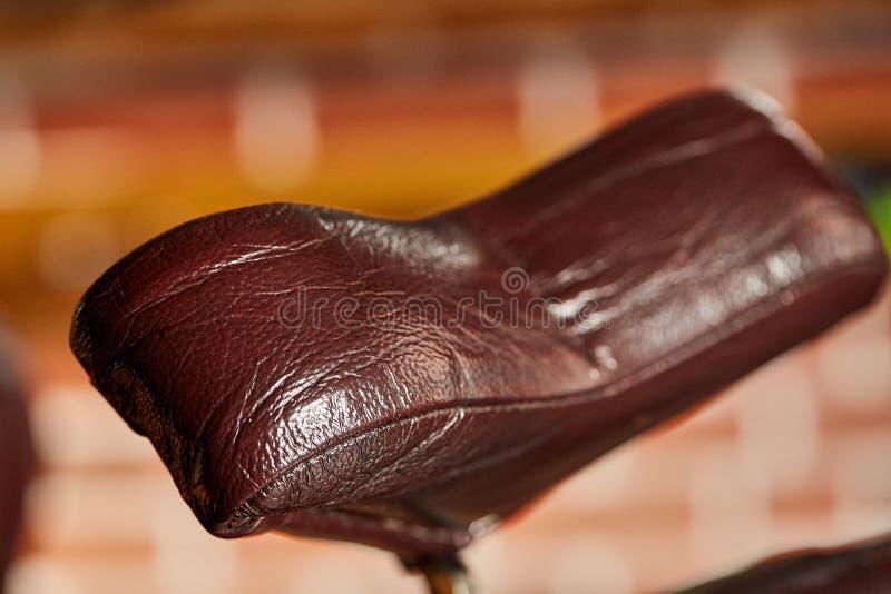 Ретро парикмахерская кожаного стула в винтажном стиле Тема парикмахерскаи стоковое изображение