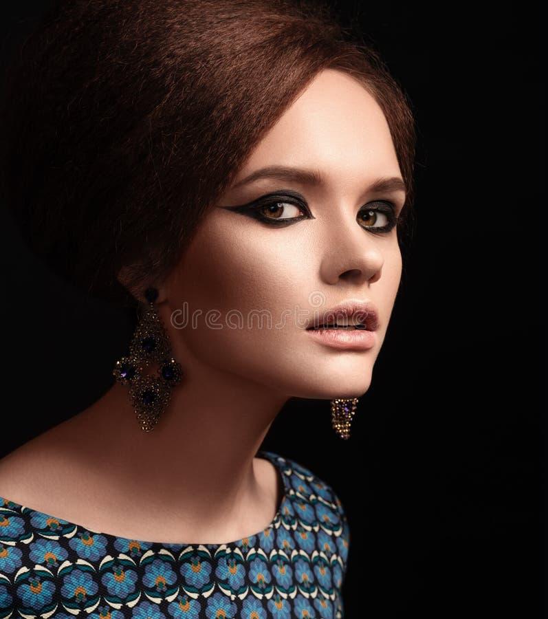 Ретро портрет женщины Ретро стиль причёсок и состав стоковые фото