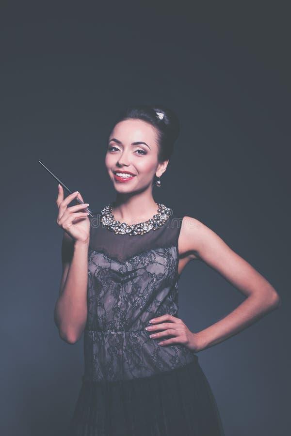 Ретро портрет женщины, стоя на черной предпосылке стоковые фото