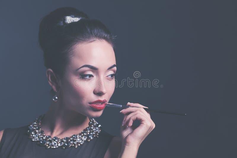 Ретро портрет женщины, стоя на черной предпосылке стоковое фото rf