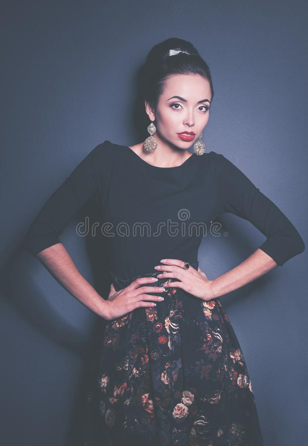 Ретро портрет женщины, стоя на черной предпосылке стоковые изображения