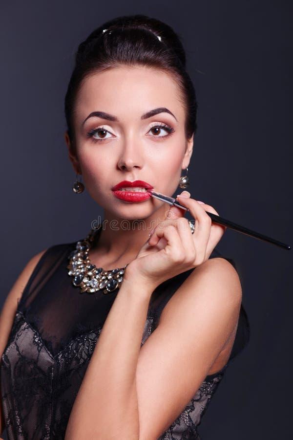 Ретро портрет женщины, стоя на черной предпосылке стоковые изображения rf