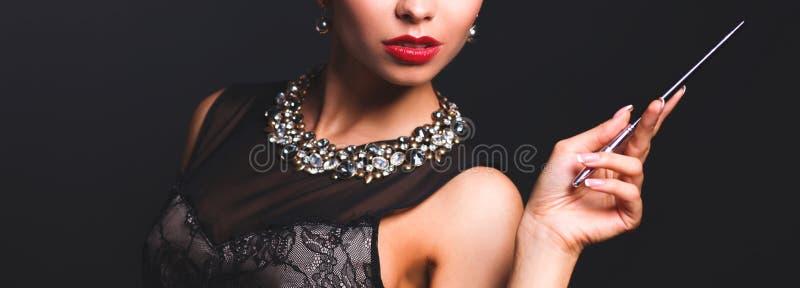 Ретро портрет женщины, стоя на черной предпосылке стоковая фотография rf