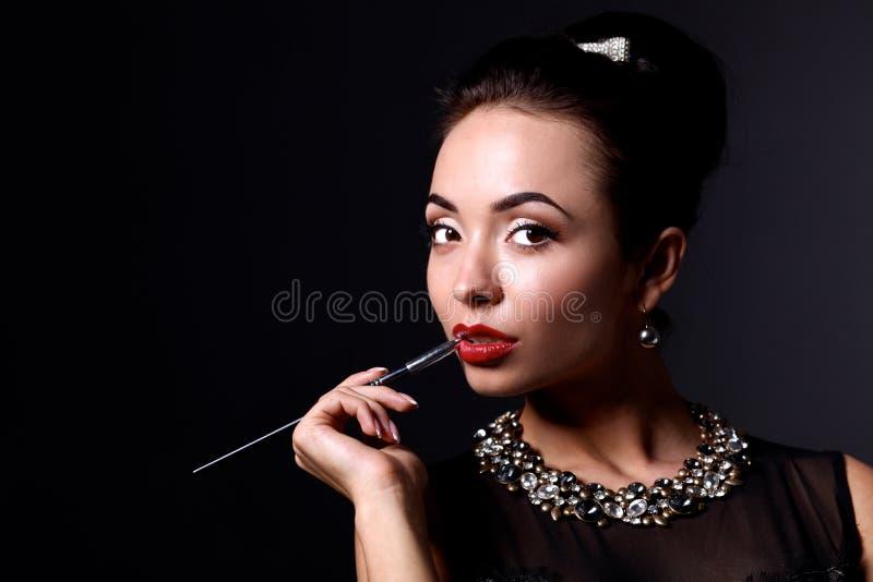 Ретро портрет женщины, стоя на черноте стоковая фотография