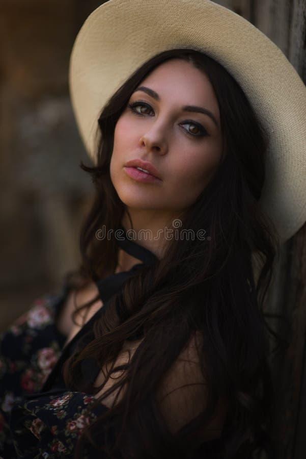 Ретро портрет красивой коричнев-с волосами женщины стоковые изображения rf