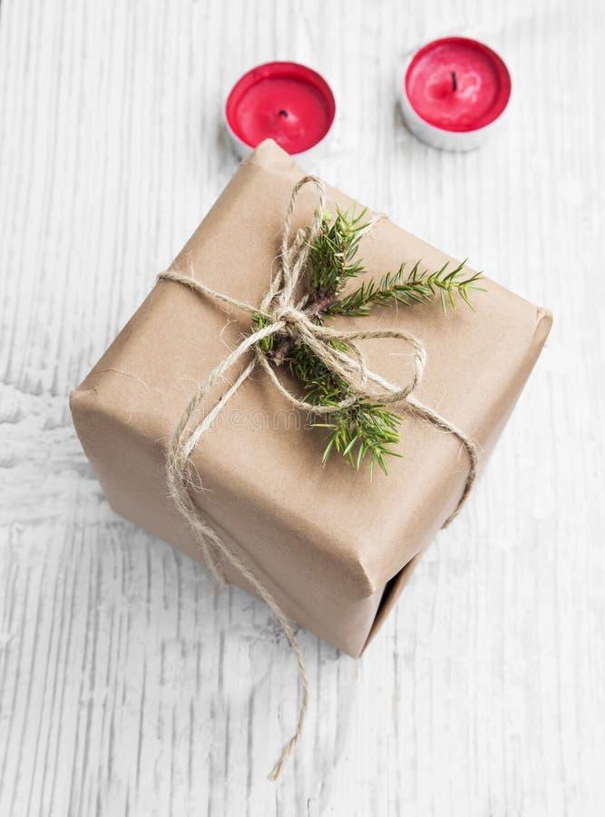 Ретро подарок на рождество с елью и красными свечами стоковое изображение