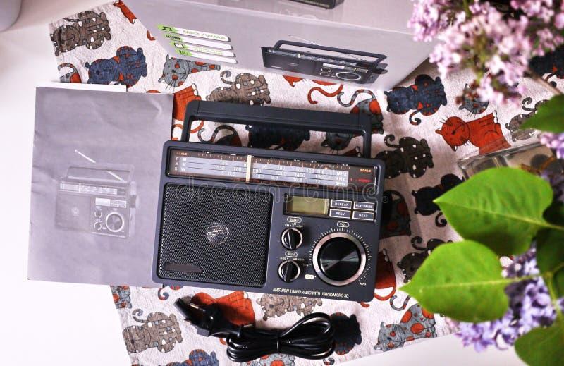 Ретро радио стиля для прием радио FM и до полудня Смогите также слушать файлы MP3 o стоковые изображения rf