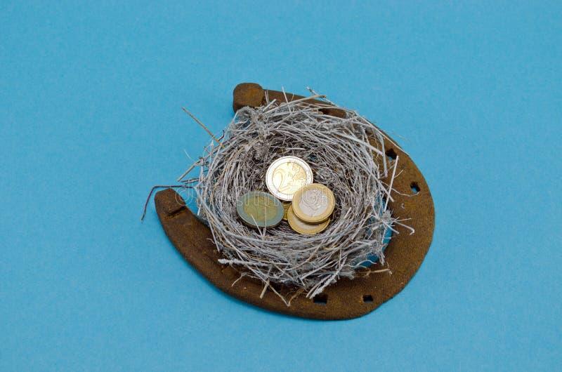 Ретро ржавая horseshoe серебряная монетка евро гнездя птицы стоковая фотография rf