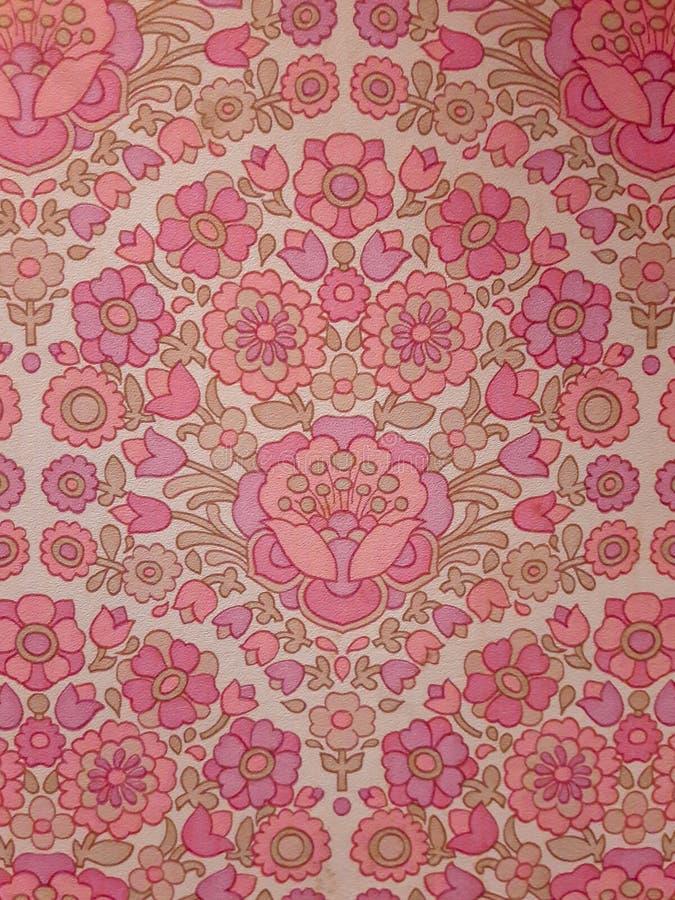 Ретро розовая картина цветка на старых обоях стоковое изображение rf
