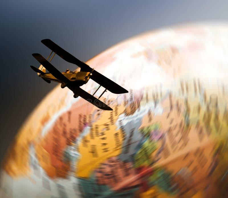 Ретро самолет-биплан летая над закручивая глобусом иллюстрация штока