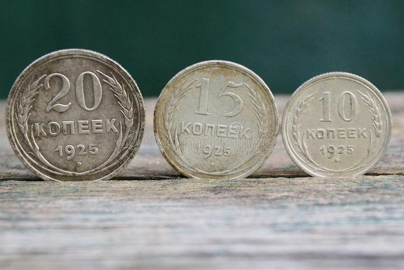 ретро серебряные монеты стоят на серой таблице стоковая фотография