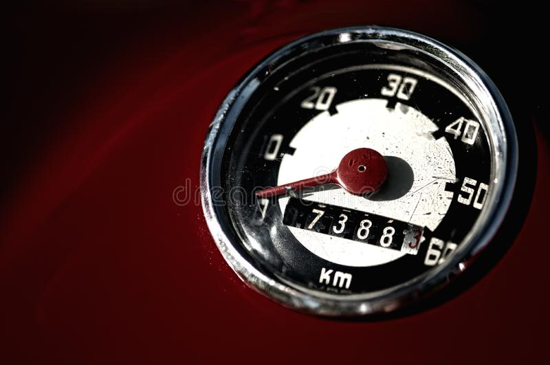 Ретро спидометр красного мопеда стоковая фотография