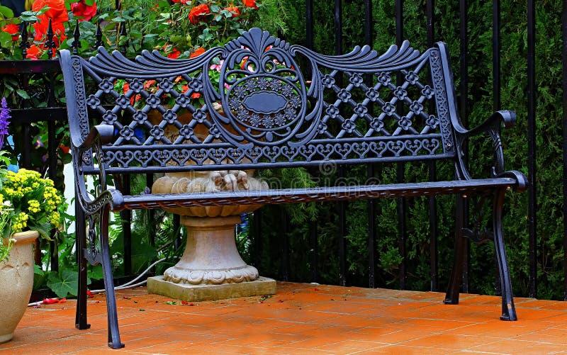 Ретро стенд металла в саде стоковая фотография rf