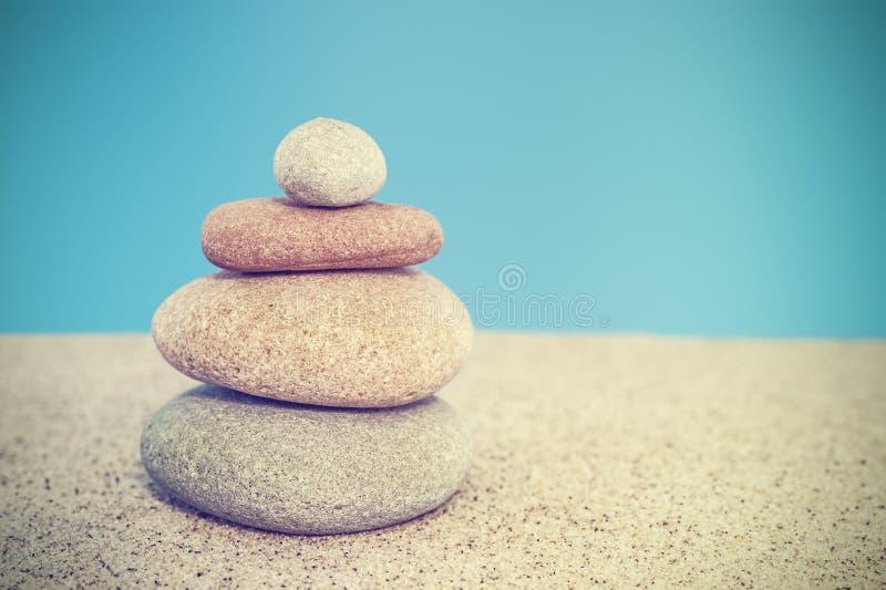 Ретро стилизованная каменная пирамида на concep песка, сработанности и баланса стоковое фото rf
