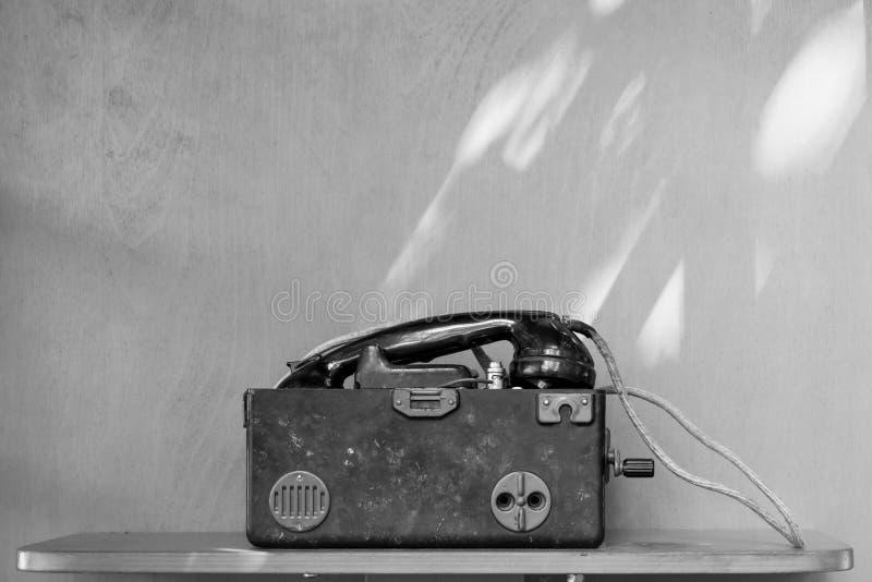 Ретро телефон бакелита изолированный на белой предпосылке стоковое изображение
