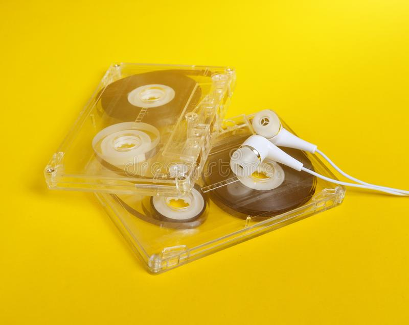 Ретро технология Пластиковая прозрачная магнитофонная кассета и белизна стоковое фото rf
