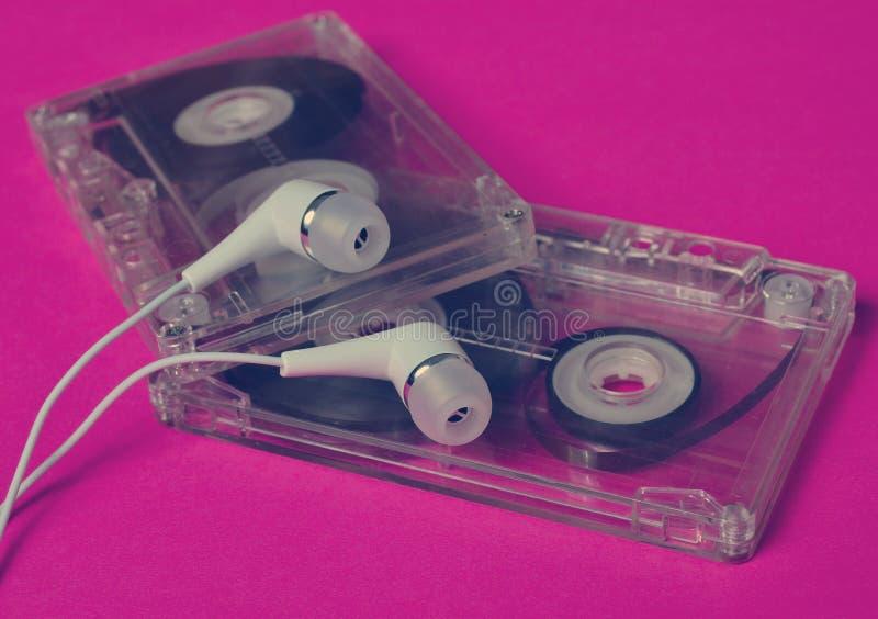 Ретро технология Пластиковая прозрачная магнитофонная кассета и белизна стоковые изображения rf