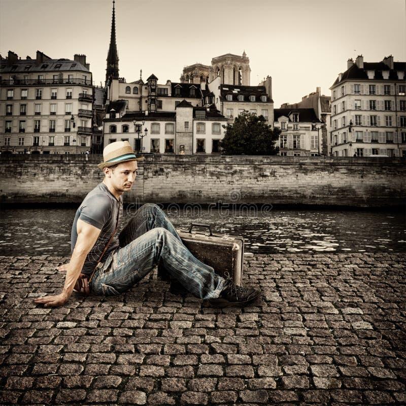 Ретро фото молодого красивого путешественника человека стоковое изображение