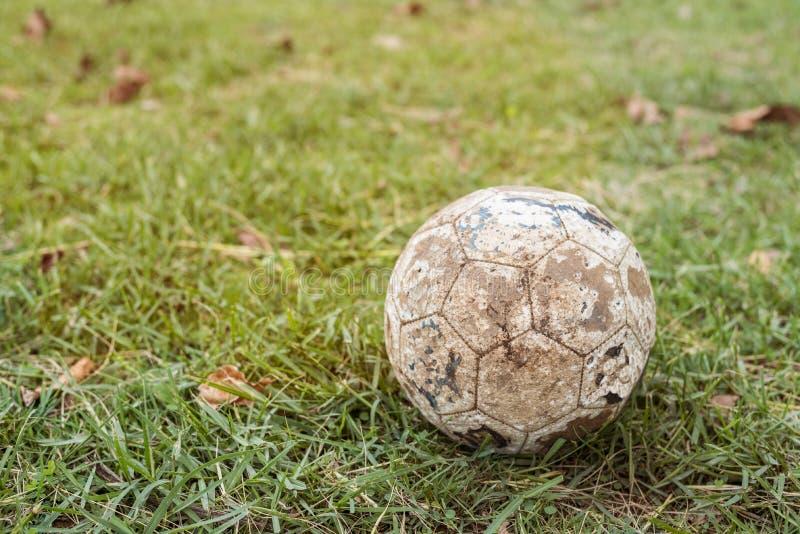 Ретро футбольный мяч используемый тоном старый стоковая фотография rf