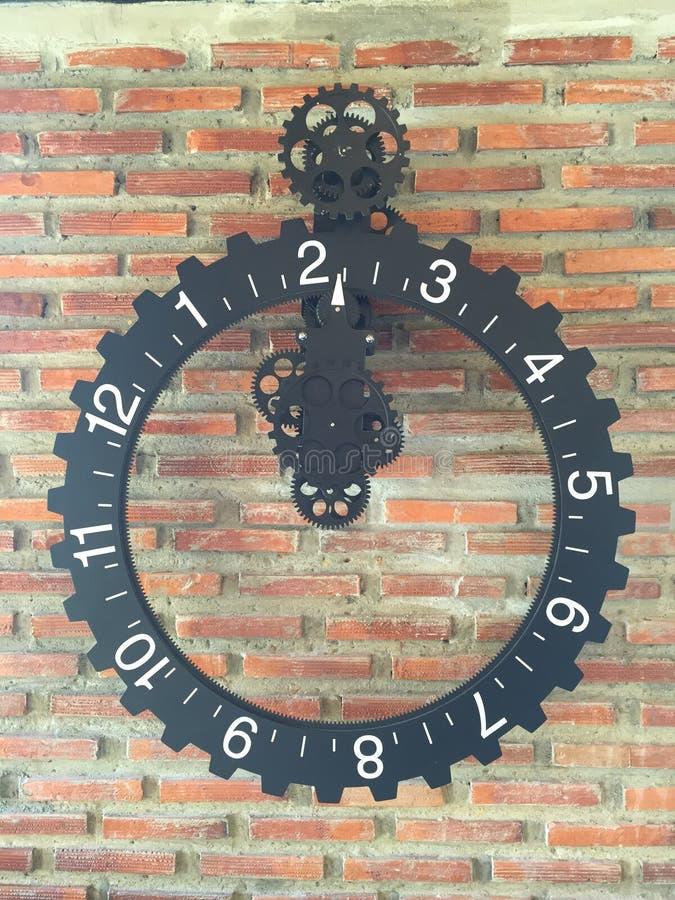 Ретро часы на предпосылке кирпичной стены стоковая фотография rf