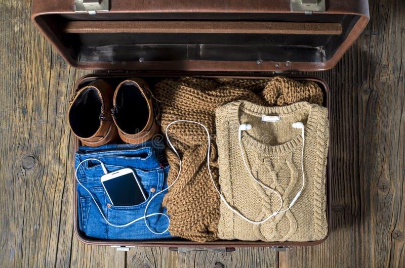 Ретро чемодан с вскользь одеждами женщины стоковые фотографии rf