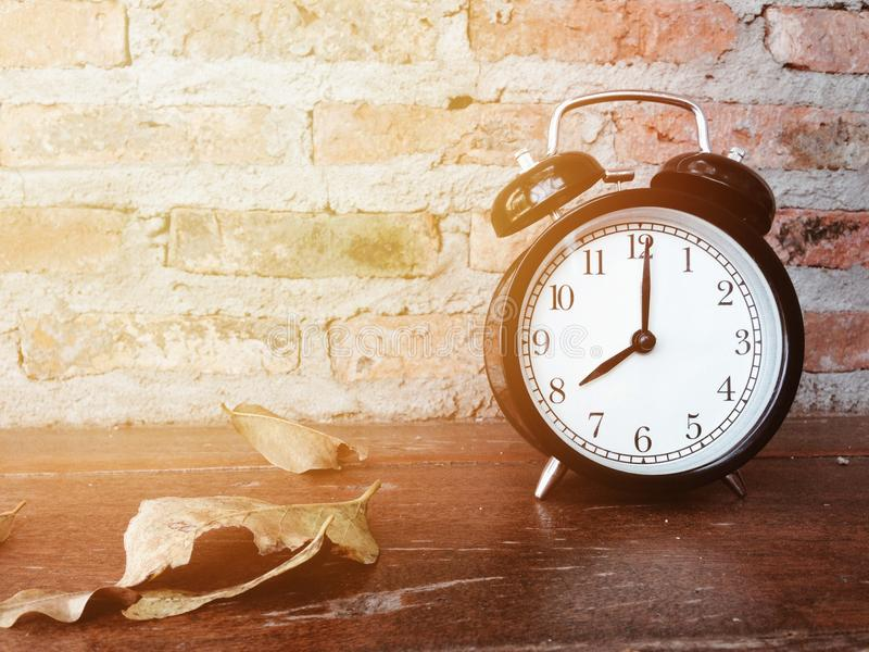 Ретро черный будильник с часами ` 8 o стоковая фотография