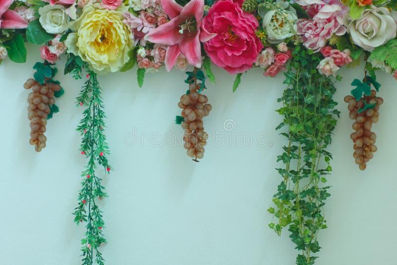 Ретро яркие и красивые цвета цветков пластмассы розовых стоковая фотография rf