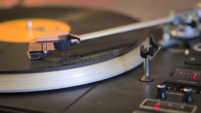 Ретро turntable играя музыку салона стоковое изображение rf