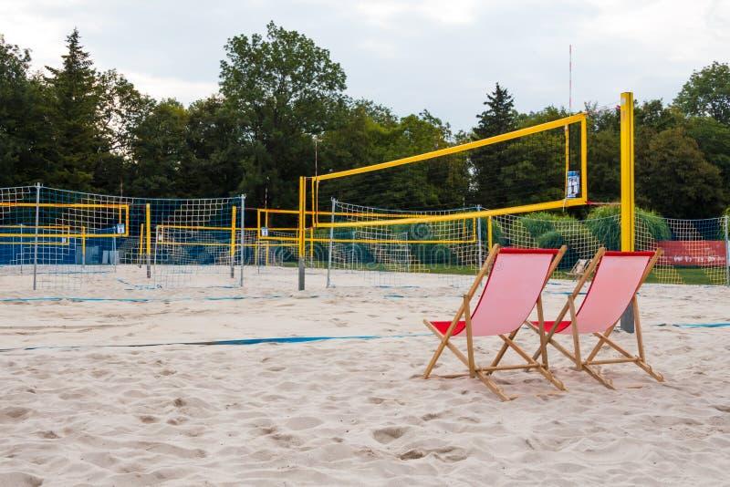 рефери стула в спортивной площадке на пляже волейбола Волейбольные поля на заднем плане стоковое фото