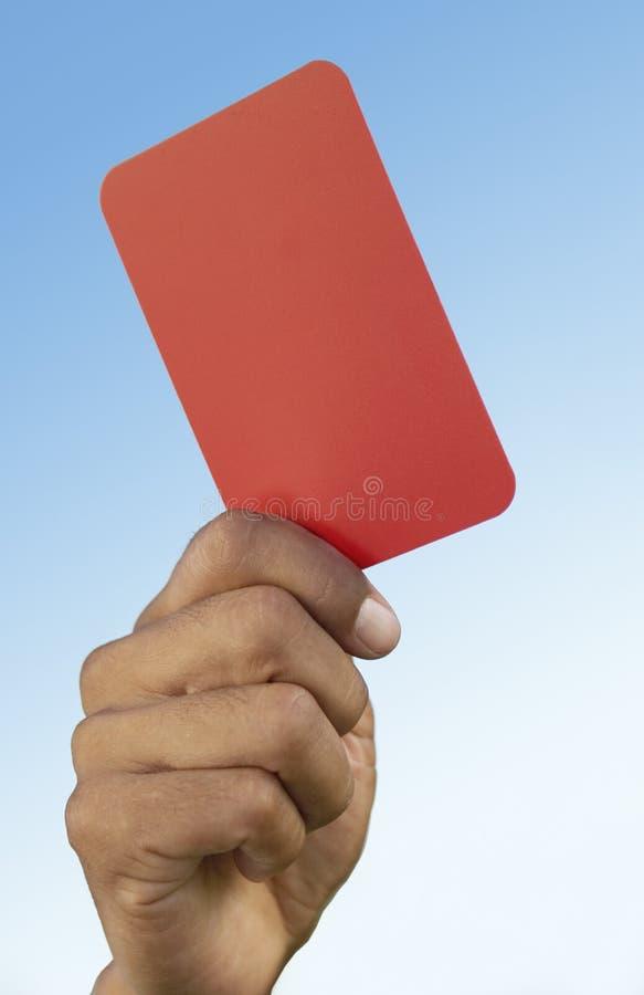 Рефери футбола задерживая конец-вверх красной карточки в наличии стоковое изображение