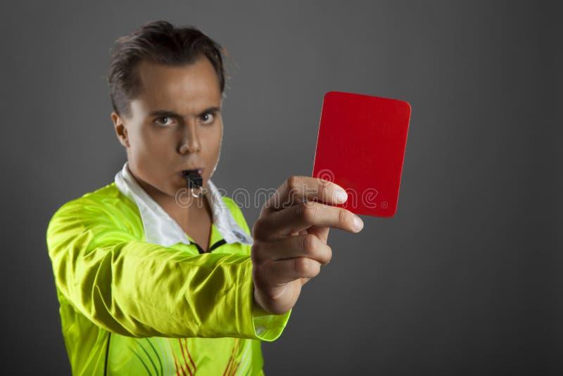 Рефери футбола показывая красную карточку стоковые изображения
