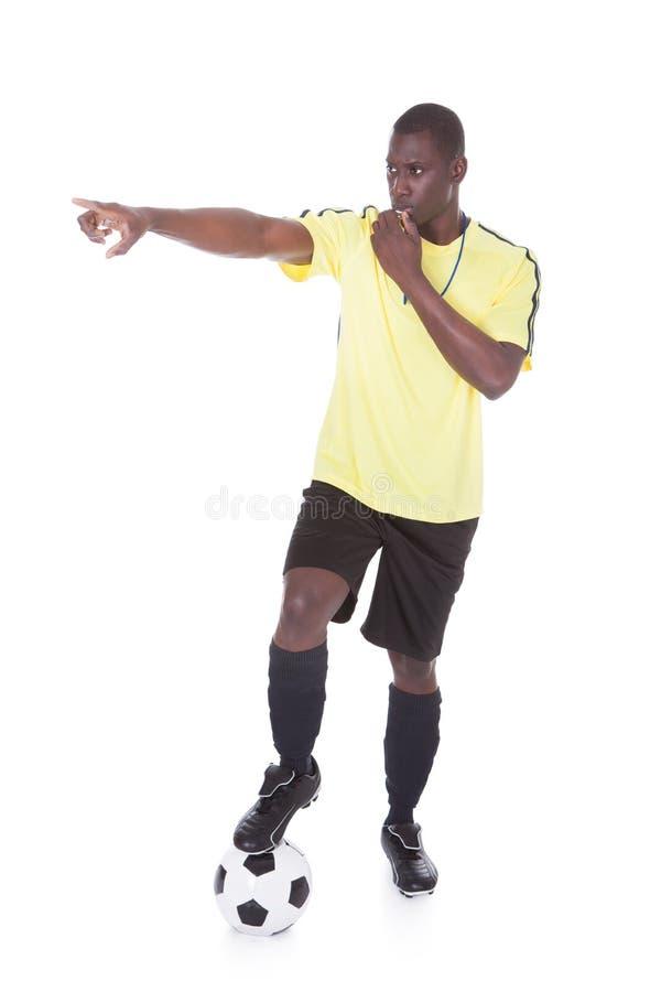 Рефери футбола с шариком и свистком стоковые фотографии rf