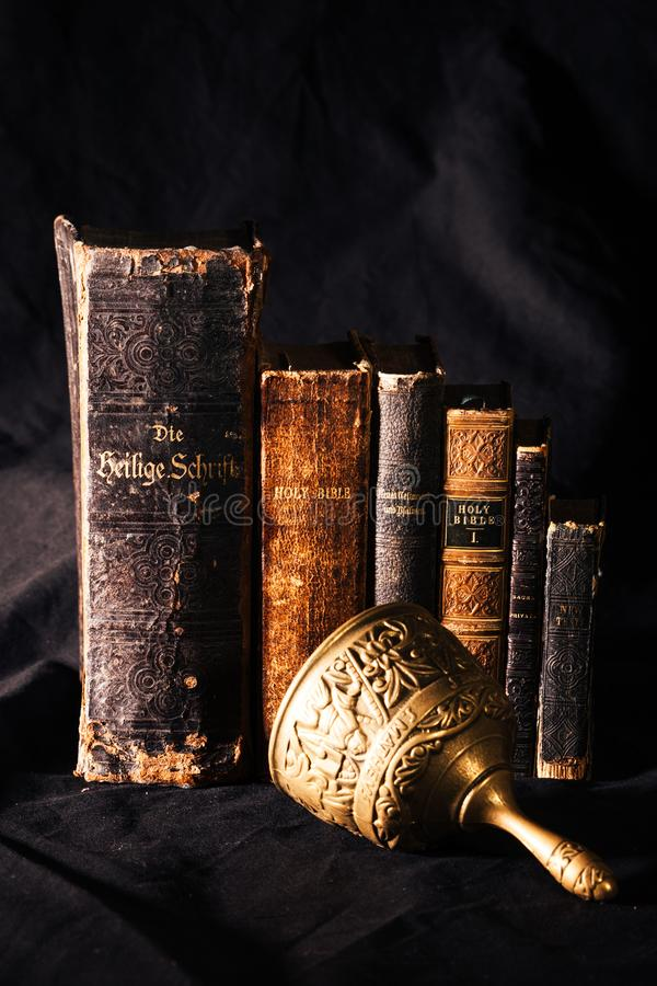 Реформирование библии старых книг стоковые изображения