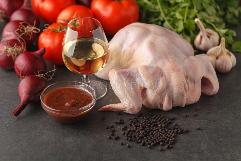 Рецепт для варить зажаренного в духовке потушенного цыпленка с травами и томатами Подготовка ингридиентов для варить Сырое мясо и стоковое изображение