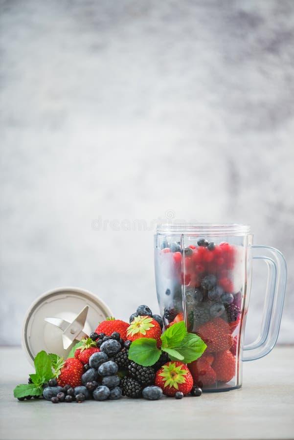 Рецепт и ингридиенты для совершенного smoothie ягоды стоковые изображения