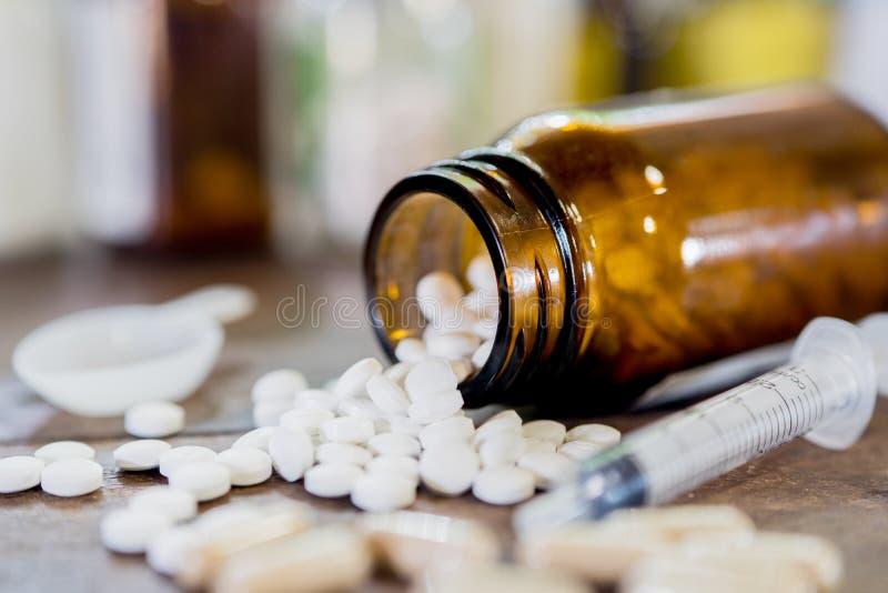Рецепт лекарства для лекарства обработки Фармацевтическое сотрудник военно-медицинской службы стоковое изображение rf
