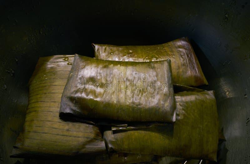 Рецепт тамале мексиканский с листьями банана стоковое фото