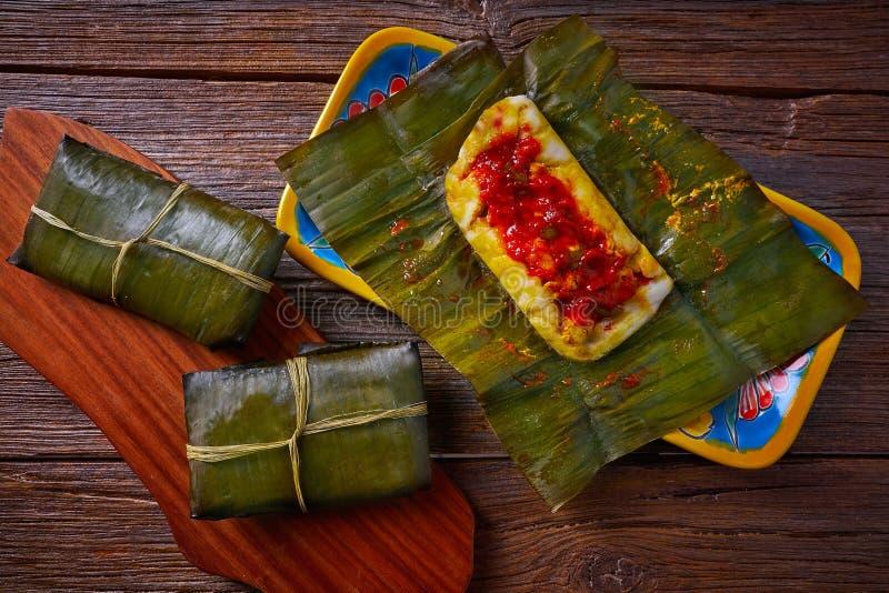 Рецепт тамале мексиканский с листьями банана стоковая фотография