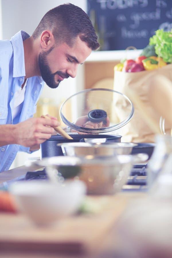Рецепт человека следовать на цифровом планшете и варить вкусную и здоровую еду в кухне дома стоковая фотография rf