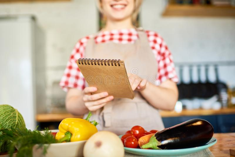 Рецепт чтения молодой женщины стоковое изображение rf