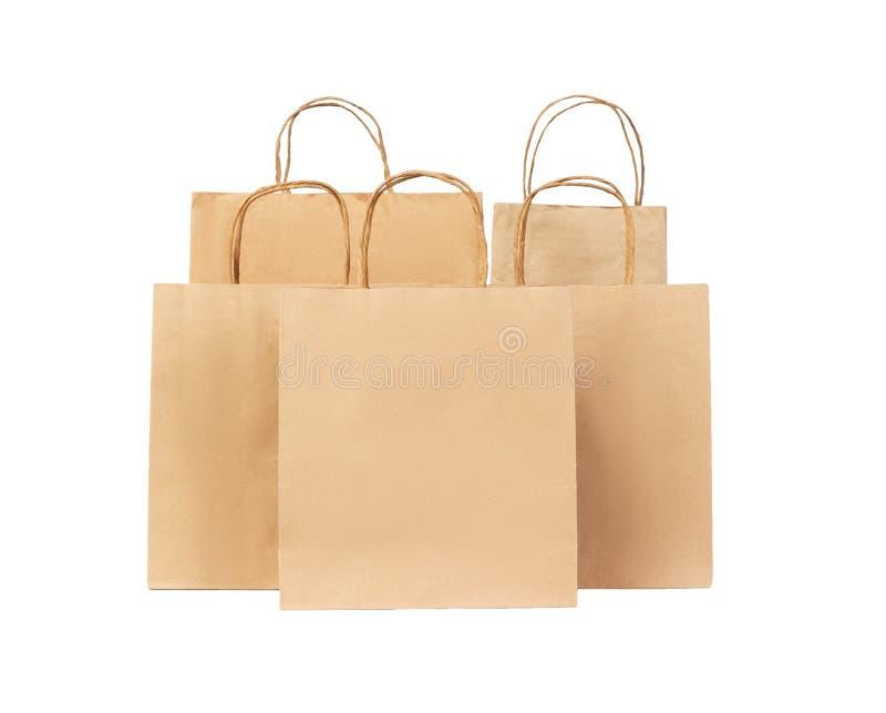 5 рециркулировали бумажные хозяйственные сумки изолированные на белой предпосылке стоковые фото