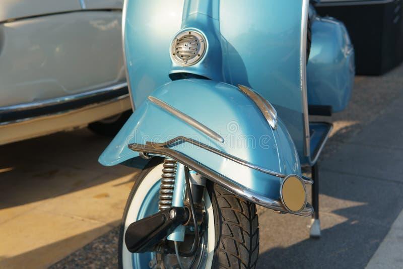 Рециркулированный ретро голубой мотоцикл Передний щиток велосипеда и колесо стоковые изображения rf