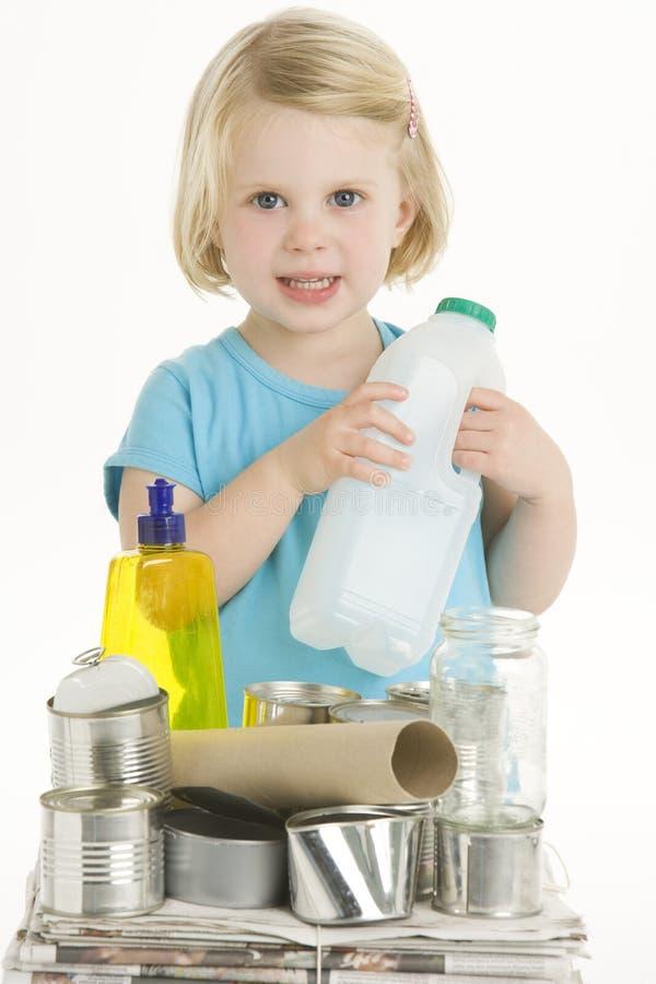 рециркулировать ребенка помогая стоковое фото