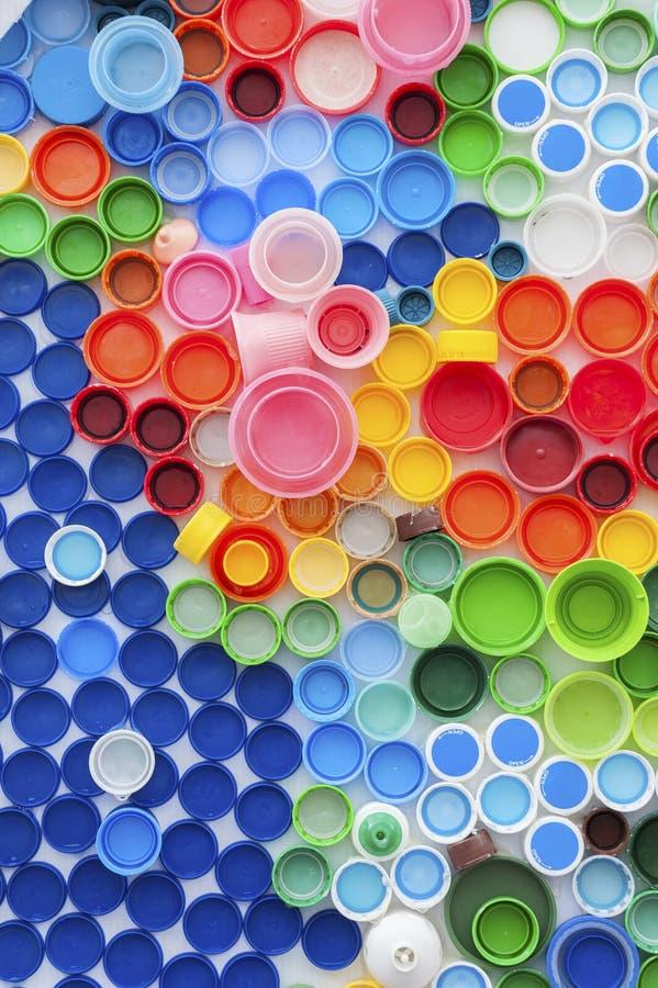 рециркулированная пластмасса крышек бутылки стоковое изображение rf