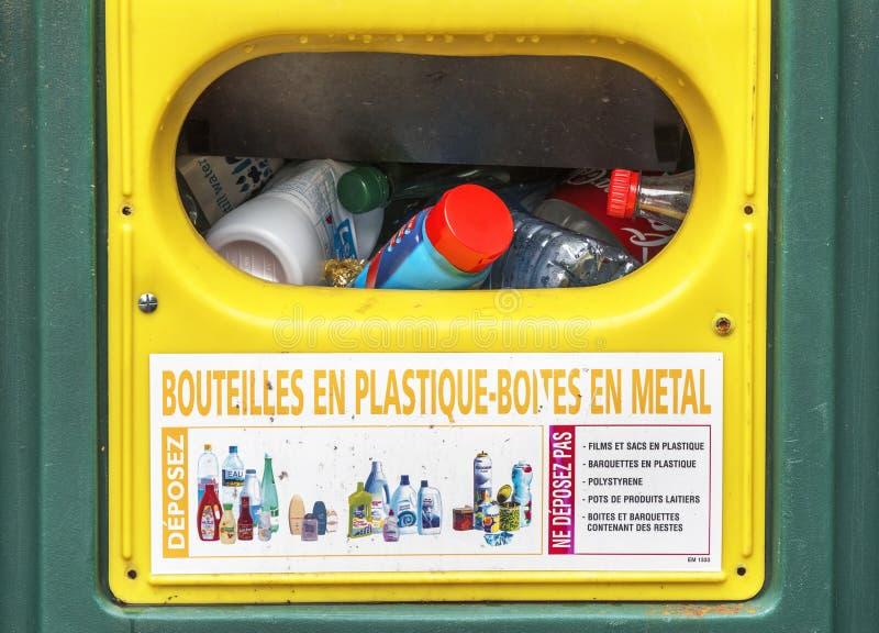 Download Рециркулировать мусорное ведро Редакционное Фотография - изображение насчитывающей предохранение, погань: 81800637
